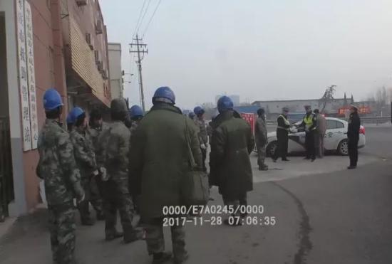 聊城牌照货车违法超载20人枣庄被查 驾驶室就塞仨人