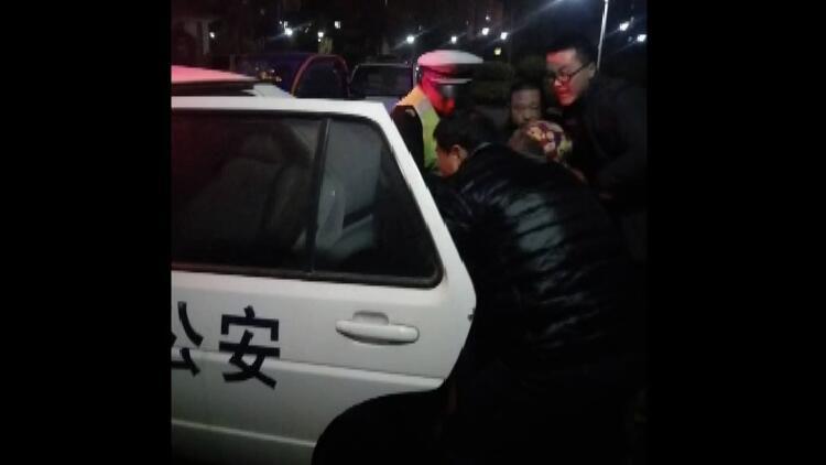 24秒丨孕妇羊水破裂却遇堵车 菏泽两民警开警车紧急送医