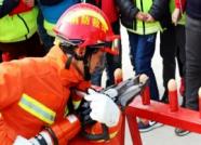 """消防官兵现场""""秀绝活""""!潍坊举行冬季消防宣传授旗仪式"""