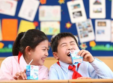 青岛决定在全市中小学校实施学生饮用奶计划