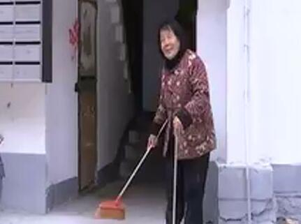 赞!济南79岁老人义务打扫楼道30年 还帮邻居通下水道
