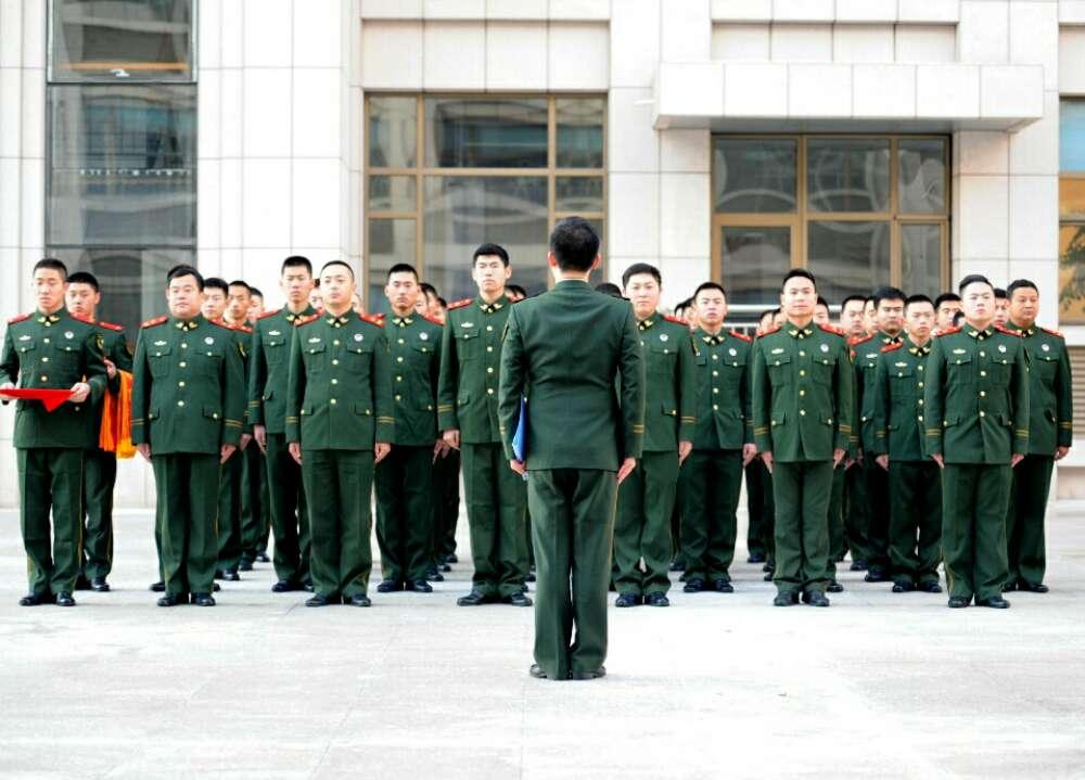 烟台:服役16年边防官兵退役 战友列队欢送