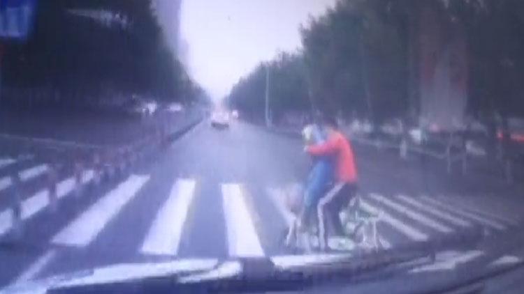 54秒|惊险!济宁轿车司机斑马线抢行 电动车上母子被撞飞