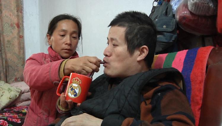 51秒|妻子照顾瘫痪丈夫11年,为养家一天打两份工