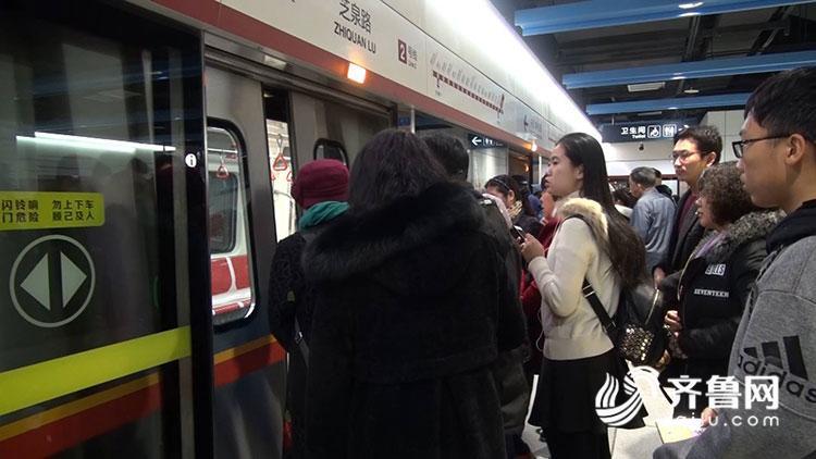上午9点,青岛地铁2号线东段正式对外开放,市民凭票进站试乘体验。在各个地铁站,众多市民热情参与活动,有许多是扶老携幼全家而来,近距离感受轨道交通的方便快捷。 青岛市民徐女士这次和几位邻居们一起结伴来乘坐地铁,这条通到家门口的地铁线路他们都格外关心。在体验中,无论是地铁站厅、站台的装修设计,还是地铁列车的舒适便捷,都给他们留下了深刻印象。 徐女士告诉记者:心情很高兴,景色这么漂亮,拍照,拍拍拍,一直拍。