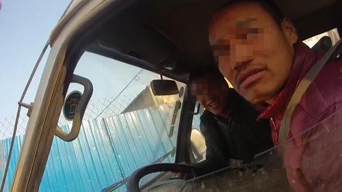 淄博:开车路遇交警忙换座 男子无证驾驶罚千元记13分
