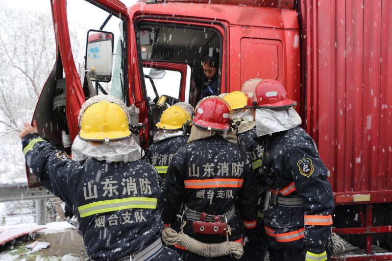 烟台:雪天路滑货车高速相撞 消防官兵10分钟成功营救