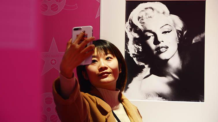 Q版梦露现身济南!国内首个玛丽莲梦露主题展在济南举办