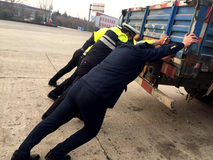 聊城:两辆货车高速上接连出故障 高速交警齐力推车