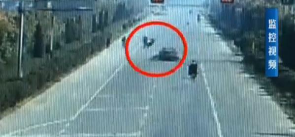 车祸!济宁男子骑电动车被撞飞空翻540度摔倒在地
