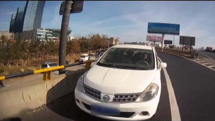 38秒丨高速上,他把车停应急车道呼呼大睡,交警看不下去了