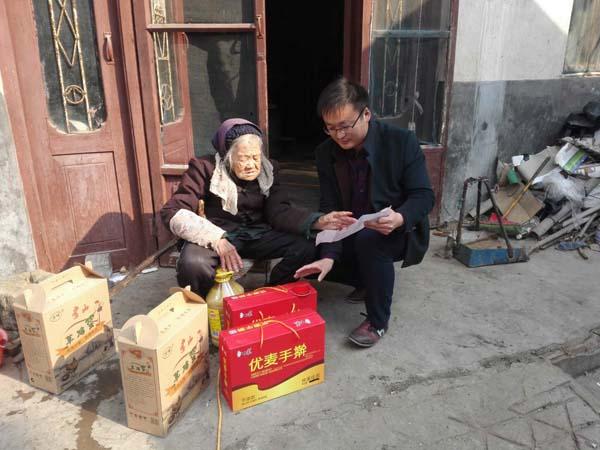 郯城新村银杏产业开发区372户贫困户喜领帮扶物资