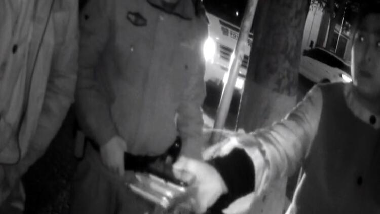 28秒丨小贼偷手机被老板发现边跑边扔 民警沿路捡5部新手机