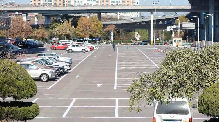 山东省体育馆停车场规范停车秩序 650个车位统一收费标准