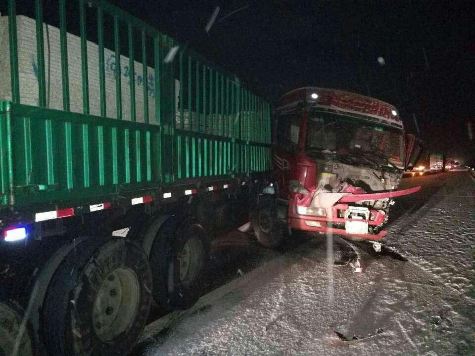 大雪致沈海高速频发交通事故 大货车急刹车大滑撞向护栏