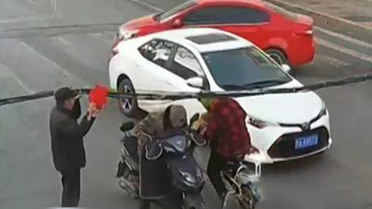 寒风中温暖的一幕 央视点赞济南路人接力托举被刮落线缆