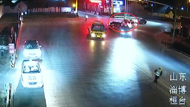 25秒丨淄博小伙无证驾驶遇查 慌不择路径直撞上警车