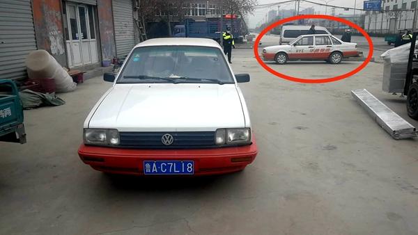 济南交警巡逻,发现大街停放两辆车型号号牌一模一样