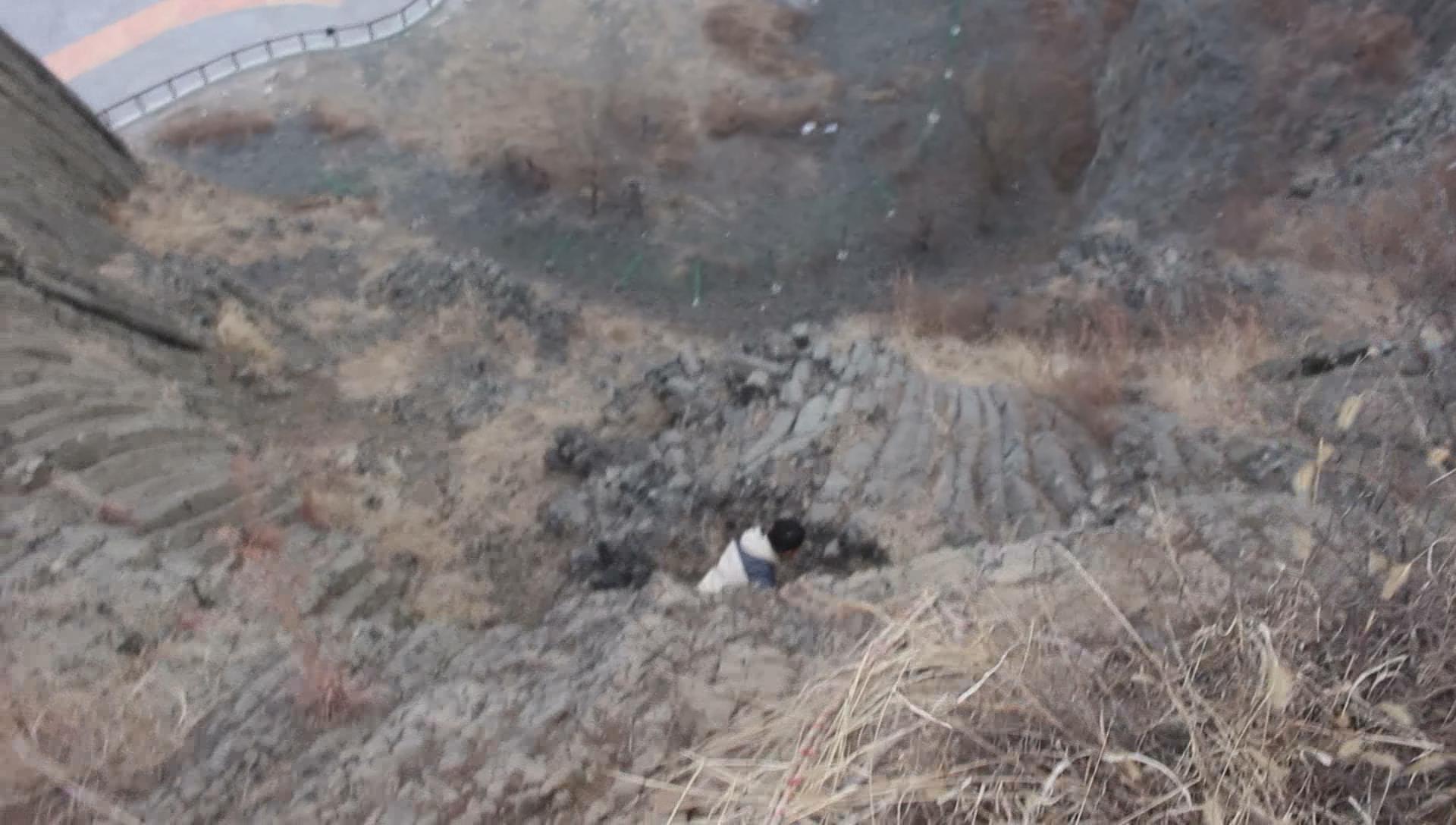 险!驴友攀火山口猎奇被困半山腰 潍坊消防安全绳巧施救