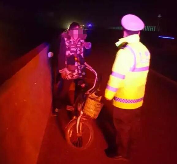 枣庄一女子深夜高速骑车逆行  交警拦停送其回家