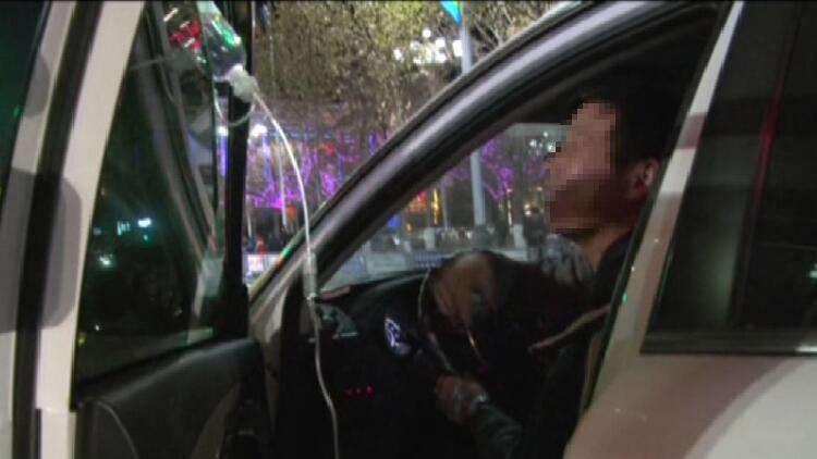 """28秒丨车门上挂吊瓶!齐河""""玩命司机""""边开车边输液"""