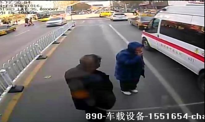 25秒丨过站没上车 滕州一老人追停公交僵持近10分钟