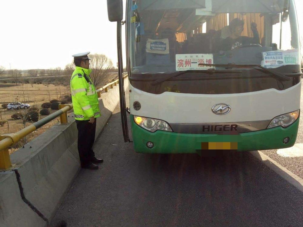 载22人大客车高速抛锚 司机不做安全防护连打15分钟电话