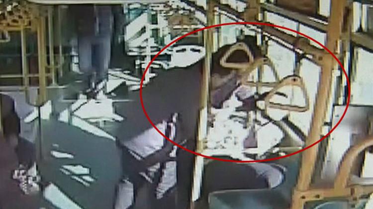 49秒 | 男子发病用头猛撞车窗 公交司机抄近道紧急送医