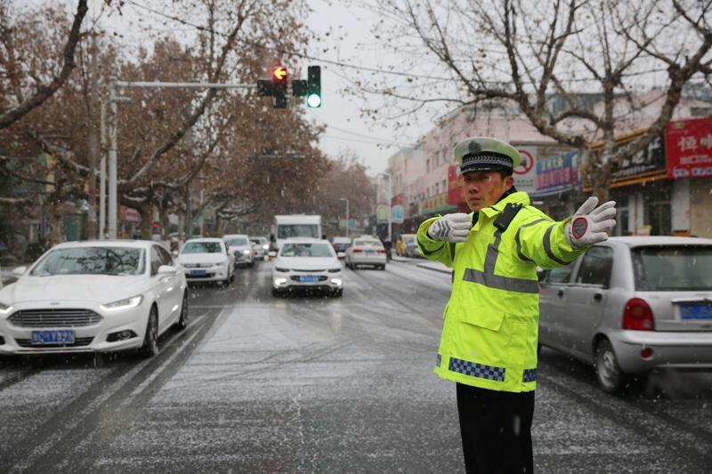 沂源迎初雪部分路段交通管制 交警上路值守保安全