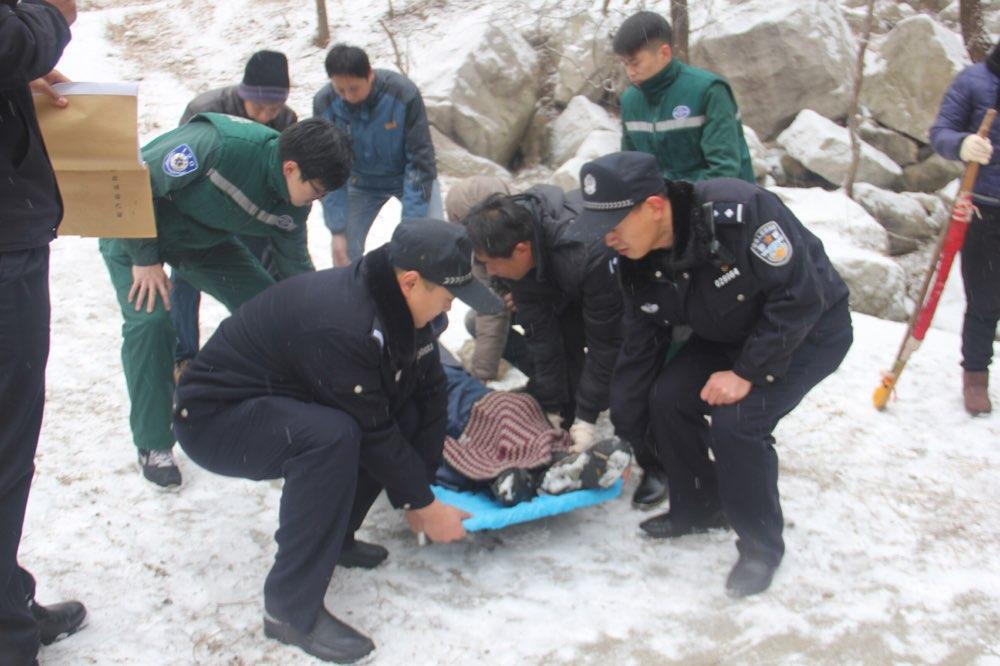 博山老人雪中摔伤困山腰 民警紧急救援