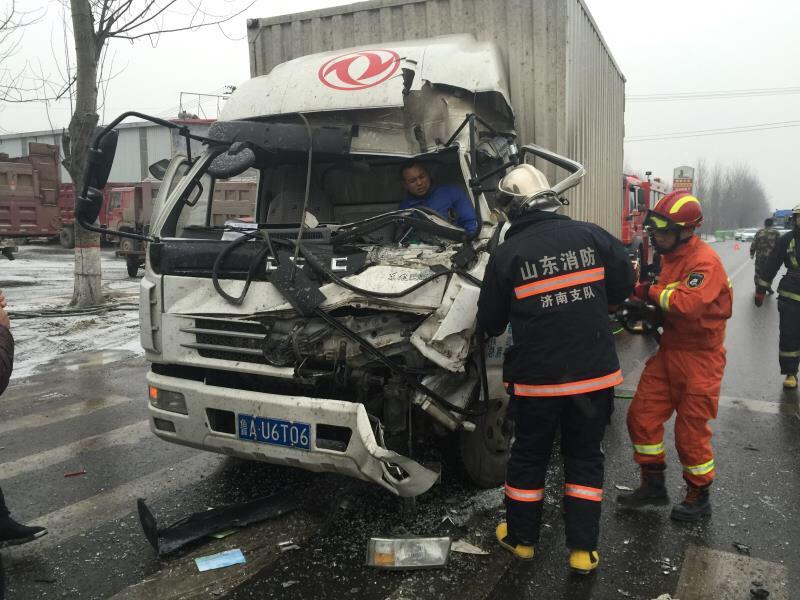 两车雪天追尾一人下半身被卡 济南消防破拆驾驶室救援