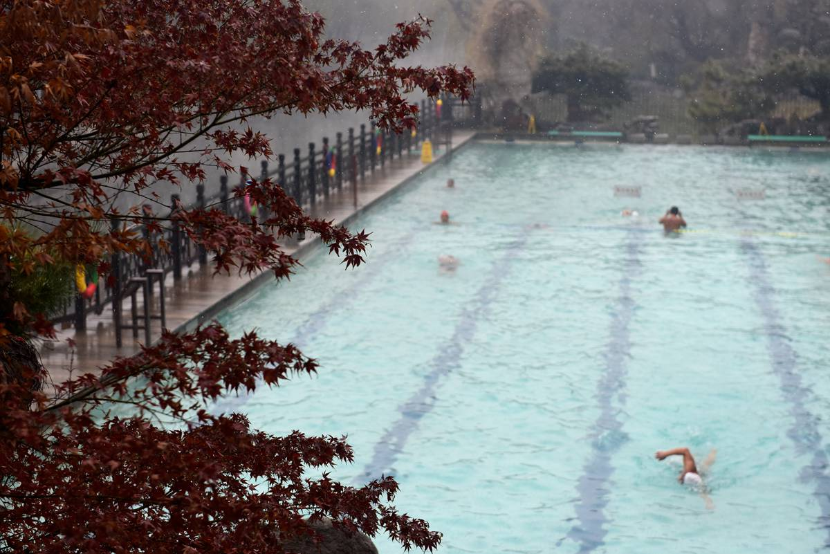 初雪也阻挡不了冬泳的济南人!10℃泉水上蒸热气