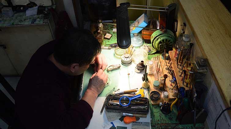 """济南49岁修表匠:钻头仅0.3毫米  称""""修不好就卷铺盖走人"""""""