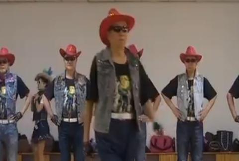 """济宁""""传奇""""模特队 74岁队长带领六旬队员走台步"""