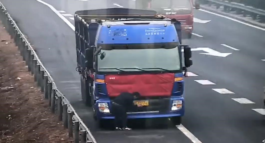 险!大货车号牌污损无法看清 驾驶员高速上下车涂写