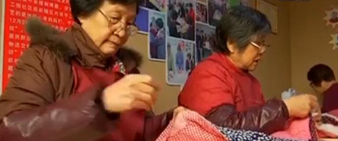 有爱!退休老人成立老妈妈爱心针线坊 缝棉袄免费送