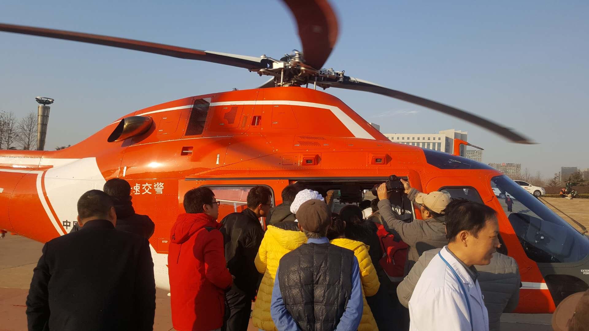 日照一早产婴儿乘飞机转院到青岛进行救治