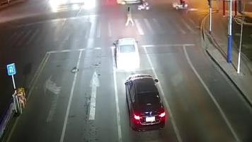 """广饶酒司机车停十字路口就睡着了,车后黑色轿车""""亮了"""""""