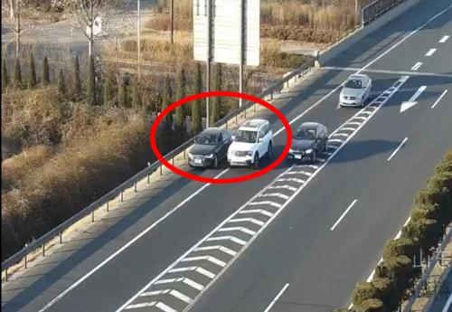 高速路上占用两车道并行聊天,这俩驾驶员有点任性