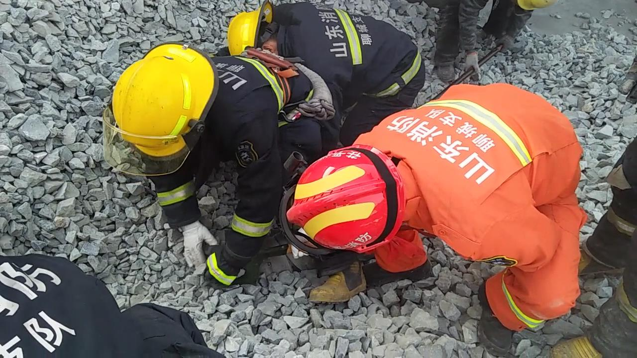 装卸工卸货时被石子掩埋 聊城消防官兵徒手扒石子救人