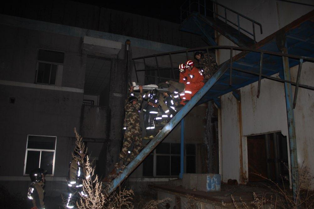 淄博一男子被困分馏塔 消防官兵紧急营救
