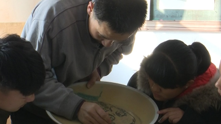 57秒丨用力0.5毫米!枣庄38岁聋哑老师教100多名学生刻瓷