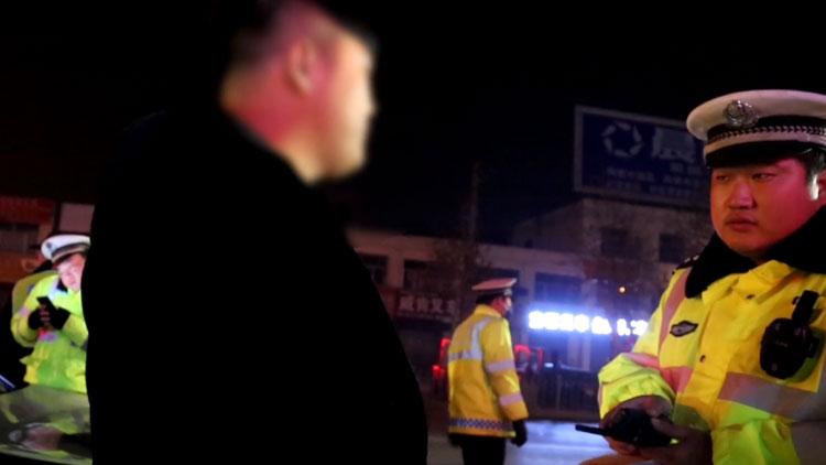 78秒|德州一宝马车套牌上路被查 车主发飙不成又行贿
