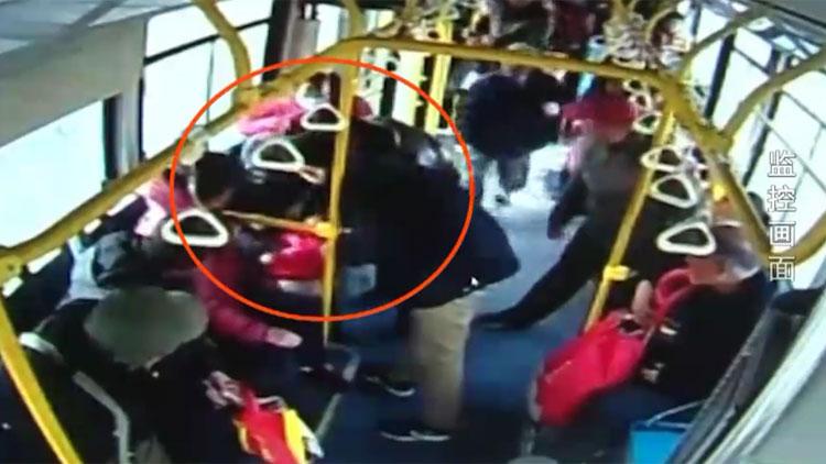 42秒丨三岁儿童公交车上突然抽搐 司机乘客紧急救助
