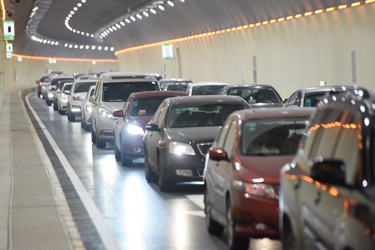 遇上周一早高峰!济南玉函隧道堵堵堵 这个口成焦点