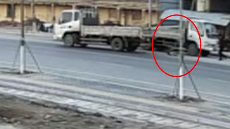 40秒丨惊险!看娃老人疏忽 货车压倒一岁男童