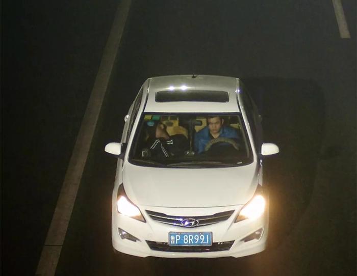 撞人后拉着伤者逃逸!看到这辆白色轿车速报警!
