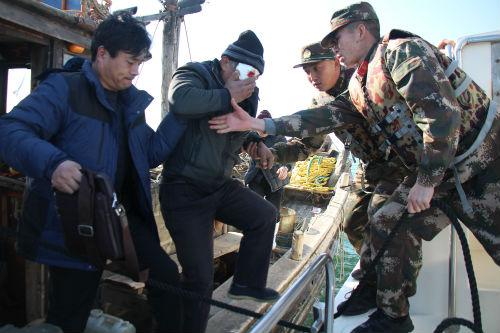 日照一渔船海上作业时发生意外 一渔民受伤