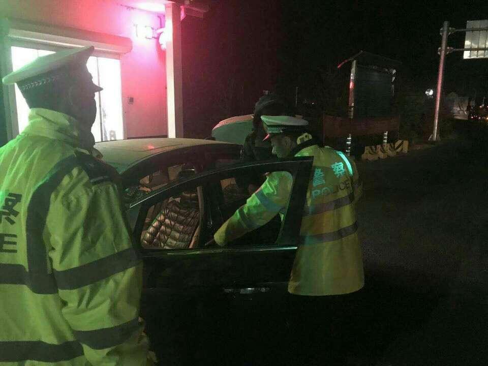 男子私自装警报器 高速路上显摆被青岛交警查获