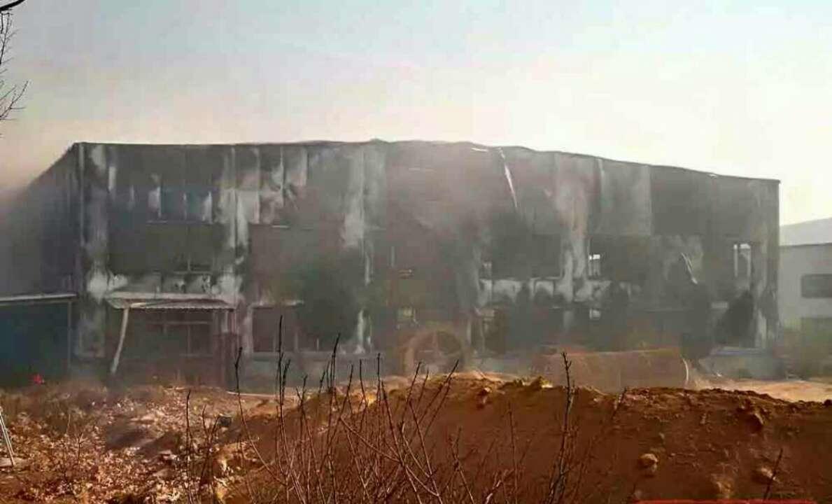 枣庄一公司突发火灾 大片墙体被烧黑